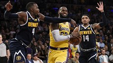Na LeBrona James z Los Angeles se sápou Paul Millsap (vlevo) a Gary Harris.