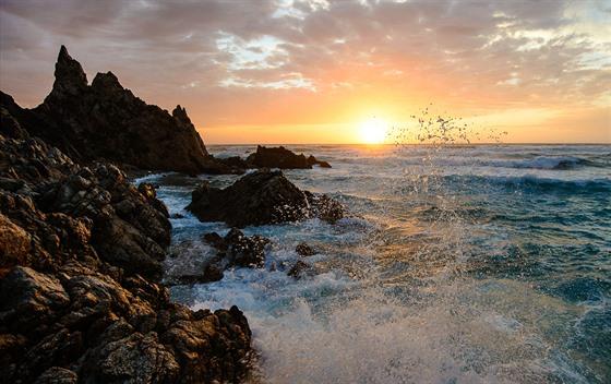 Severní Sardinie. Zapadající slunce můžete fotografovat přes tříštící se...