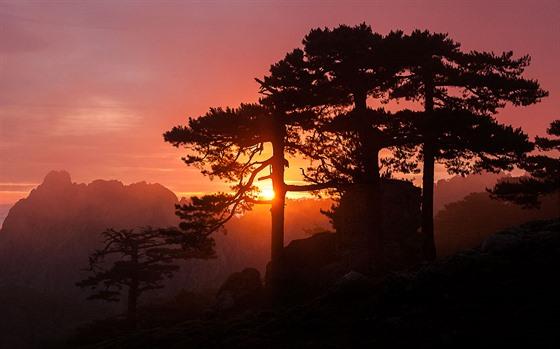 Korsika, Col de Bavella. Využijte zajímavé popředí a u cestovatelské fotografie...