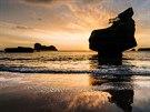 Nový Zéland – Cathedral Cove. Při focení širokoúhlým objektivem vprotisvětle...