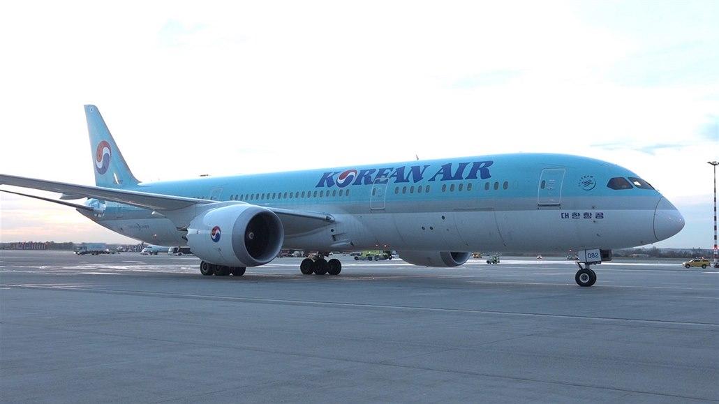 Oslava na letišti. Korean Air létají z Prahy do Soulu již 15 let