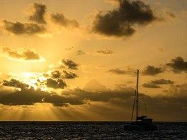 Karibik. Dovolená na plachetnici je skvělá příležitost pro fotografování západů...