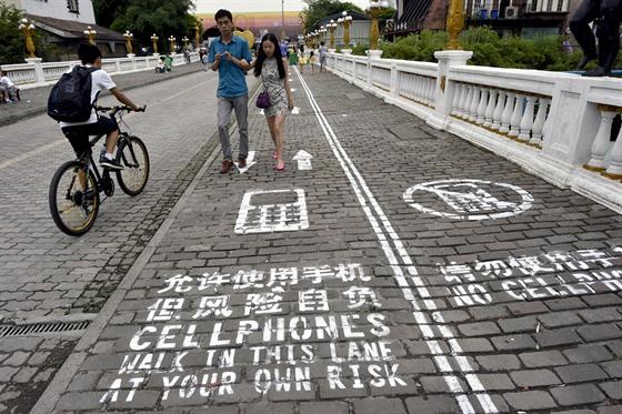 První chodník pro mobilní maniaky měli v čínském Čchung-čchingu už v září 2014.