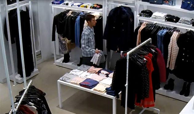 Policie hledá zloděje oblečení, který při chůzi kroutí pozadím