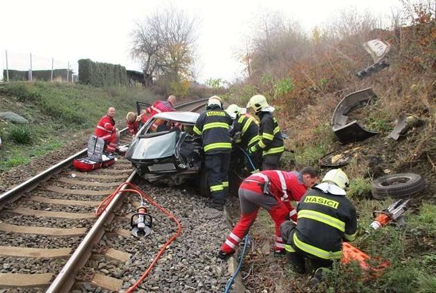 U Turnova srazil vlak na přejezdu automobil, řidič vozu nepřežil