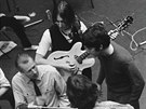 John Lennon, Paul McCartney, George Harrison (s kytarou zády) a Ringo Starr ve...