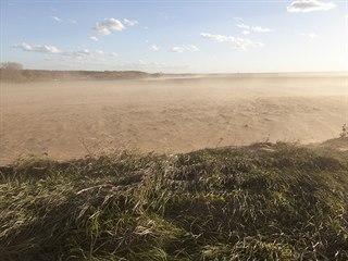 Prachové bouře na Kyjovsku odnáší z polí nejvzácnější vrchní vrstvu zeminy,...