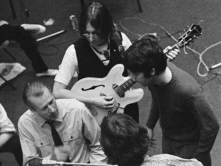 John Lennon, Paul McCartney, George Harrison (s kytarou zády) a Ringo Starr ve...