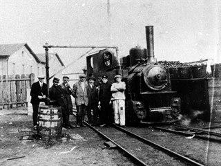 Lokomotiva a personál úzkokolejné dráhy Slaný - Kačice u cukrovaru ve Studeněvsi
