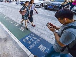 Speciální chodník pro takzvané phubbery v čínském Si-Anu (červen 2018)