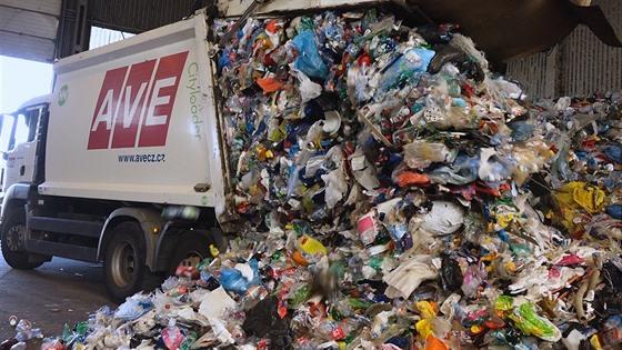 Popelářské vozy sem neustále vozí další a další plastový odpad.