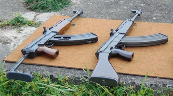 Československý samopal vz. 58. Vlevo verze V určená pro výsadkáře, vpravo verze...