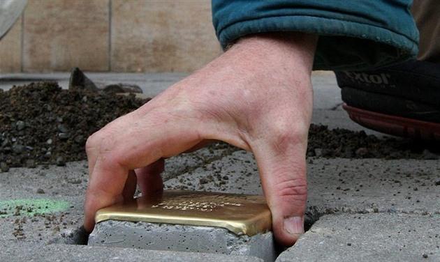 Majitel domu odmítá v chodníku památku oběti holokaustu, chce město žalovat
