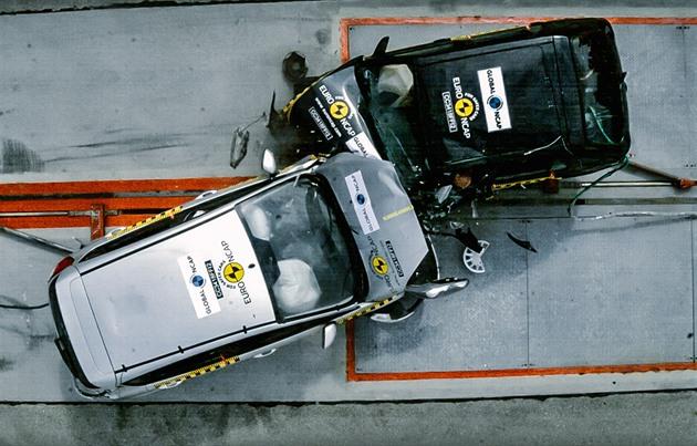 Crashtest aut, které dělí 20 let, ukázal, jak se posunula bezpečnost