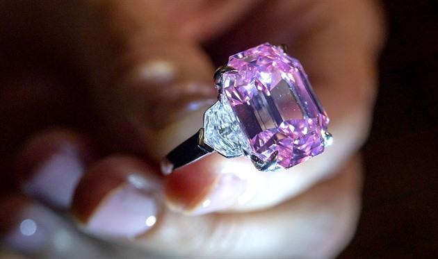 Miliardový diamant míří do dražby. Prohlédněte si jej - iDNES.tv a56de5bcdd0