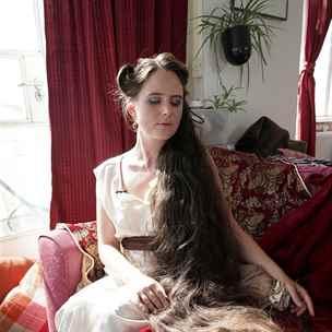 Žena už si dvacet let nemyla vlasy a čtrnáct let je nestříhala