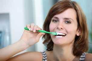 Nejčastější chyby při čištění zubů, které mohou za zničený chrup