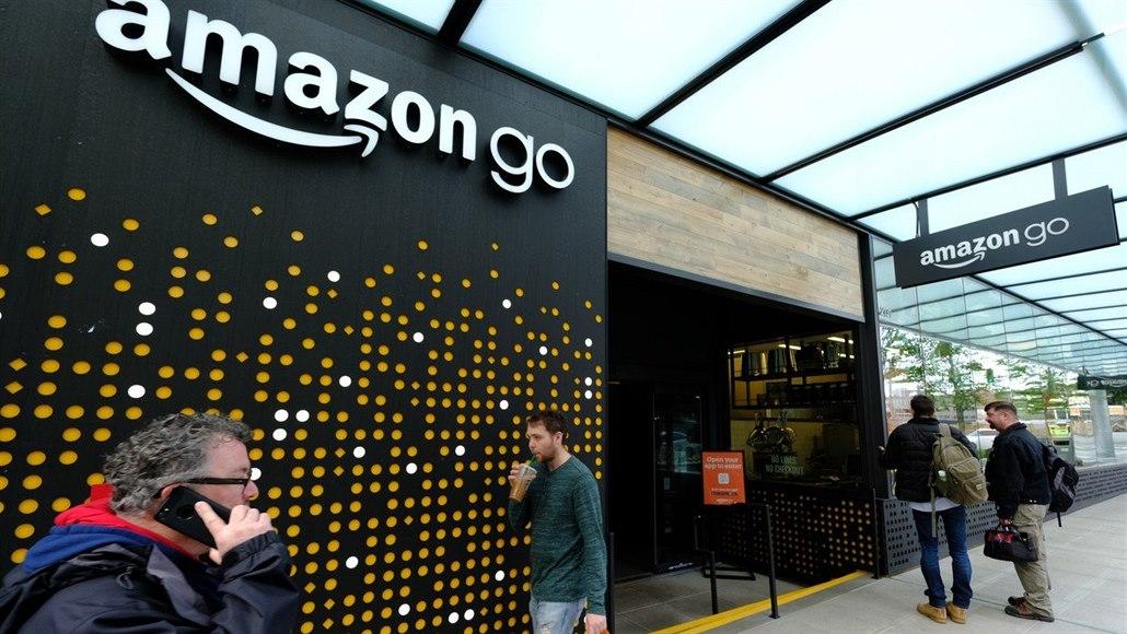 Žádné pokladny, žádné fronty. Futuristickým nákupům Amazonu roste konkurence