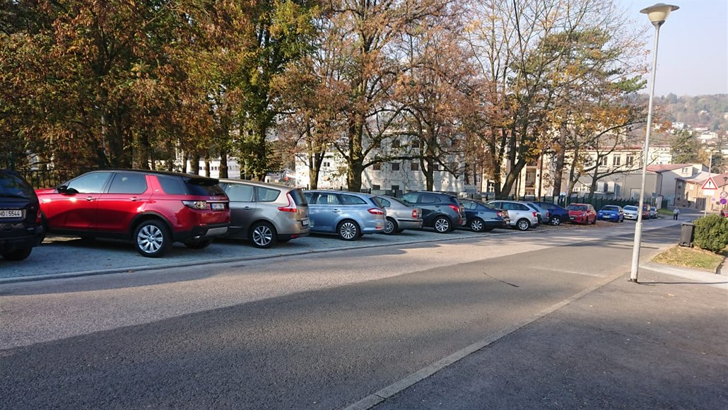 Petice zabrala, v ulicích u nemocnice v Náchodě zaparkují jen místní
