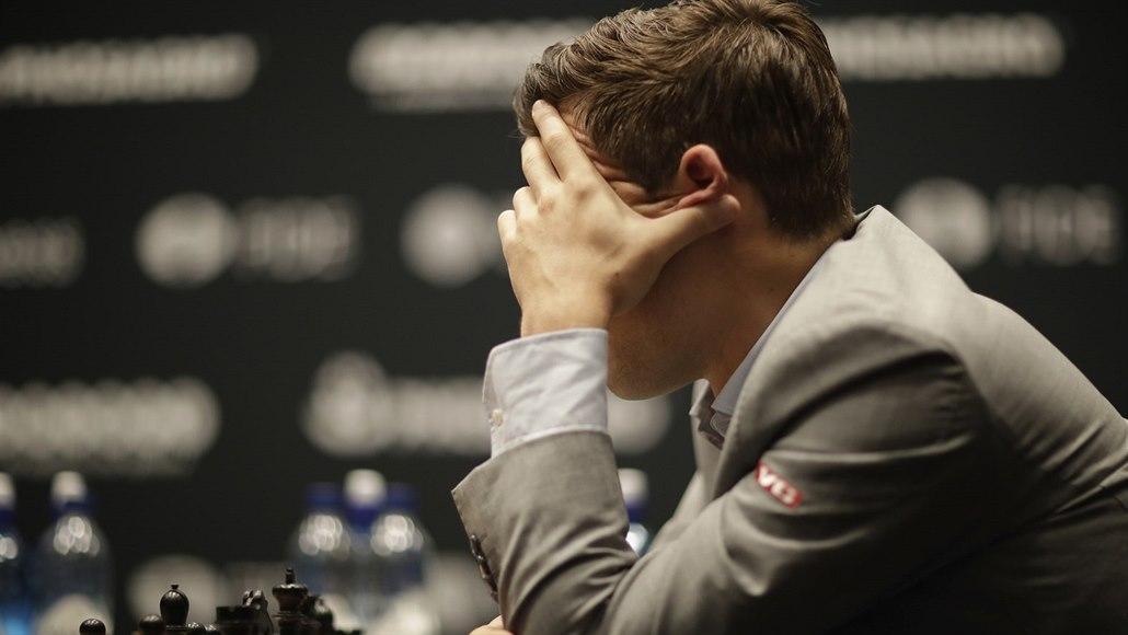 Čtvrtá partie zápasu o mistra světa skončila remízou po 34 tazích