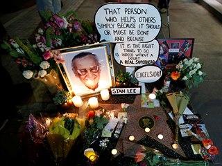 Fanoušci vzpomínají na Stana Lee u jeho hvězdy na chodníku slávy v Hollywoodu....