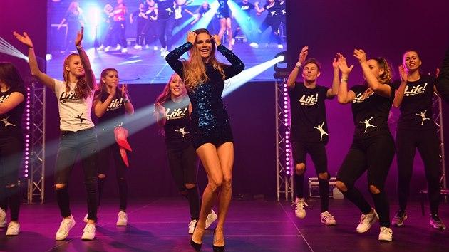 Víc než dvěma tisícovkám tanečníků při rekordním vystoupení na brněnském. 1480845288