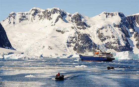 Antarktický polostrov má nádherné pobřeží, které můžete navštívit na menších...