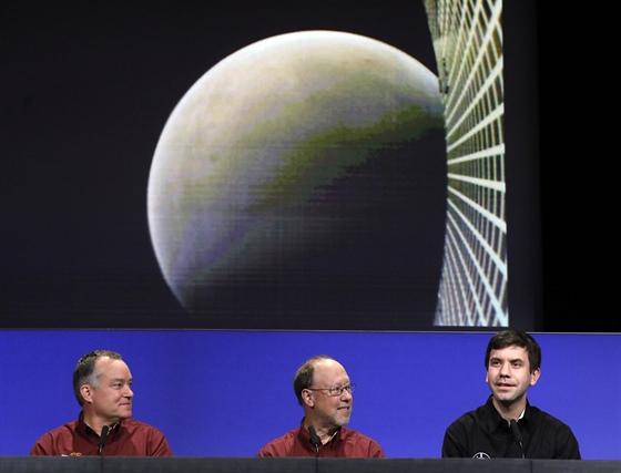 Jedna z prvních fotografií Marsu při přistání sondy InSight pořízená CubeSatem...