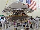 Ukládání složené sondy InSight do přistávací konfigurace. Vyfotografováno...