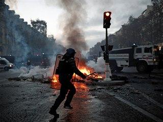 Demonstranti ve žlutých vestách se navzdory zákazu sešli na hlavní pařížské...