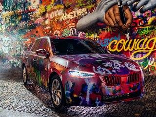 Škoda Scala v unikátní graffiti kamufláži u Lennonovy zdi