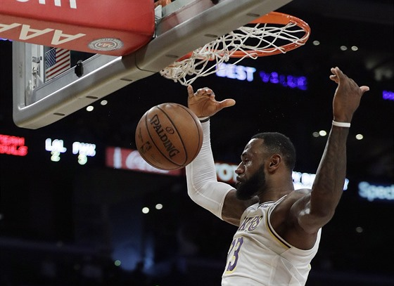 LeBron James z LA Lakers zasmečoval proti Phoenixu.
