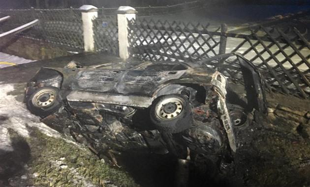 Na Českokrumlovsku auto po nárazu vzplálo. Spolujezdec uhořel