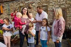 Rodinu trápí rakovina tříleté dcery i plesnivý dům. Teď mají nové bydlení
