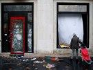 Radikálnější demonstranti během sobotních protestů v Paříži poškodili domy,...