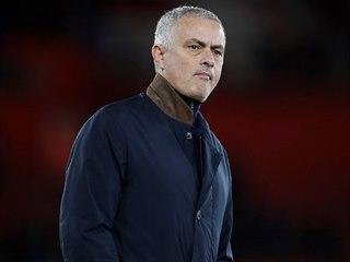 José Mourinho, trenér Manchesteru United, s nakvašeným výrazem sleduje zápas...