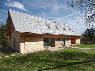 Posuvné venkovní dřevěné žaluzie připomínají hospodářská stavení. Vhodně je...