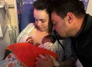 Žena se po porodu dva týdny mazlila s předčasně narozenou mrtvou dcerou