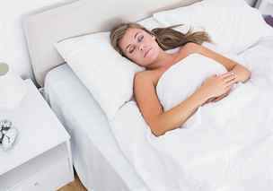 Polohy pro zdravý spánek: nejlepší je na zádech, na klubíčko zapomeňte