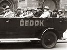 Automobil cestovní kanceláře Čedok s turisty pod pražským orlojem (1931)