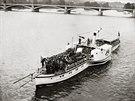 Výletní parník u Jiráskova mostu v Praze (1937)