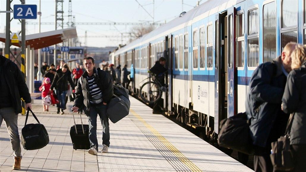 Železniční dopravu v Praze komplikovala porucha trakčního vedení