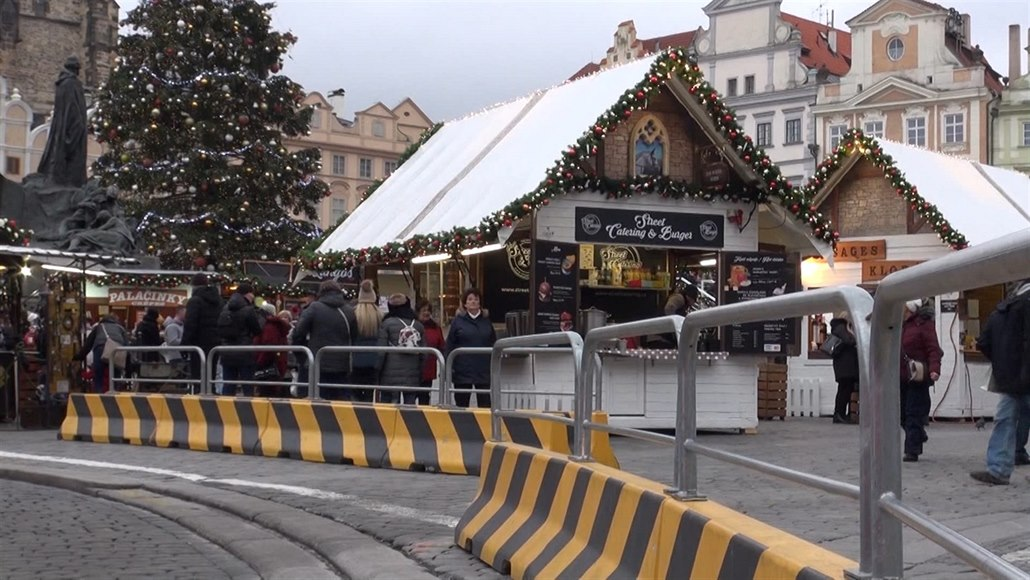 Okraj vánočních trhů je obehnaný citybloky. (12. 12. 2018)