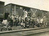 Novobranci (dobrovolníci) ruské legie při obědě.