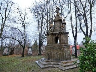 Mariánský sloup stojí v barokní zahradě u kostela Nalezení svatého Kříže.