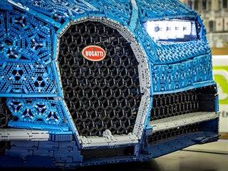 Bugatti Chiron z Lega Technik. Instalace výstavky v Alze.