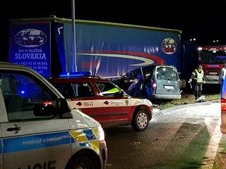 Osobní auto na čerpací stanici u dálnice D5 narazilo do odstaveného kamionu....