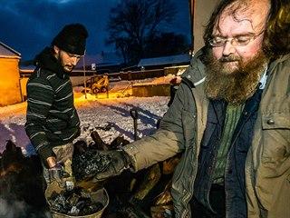 Archeolog Bohumír Dragoun ukazuje dřevěné uhlí, které se v milíři tvořilo tři...