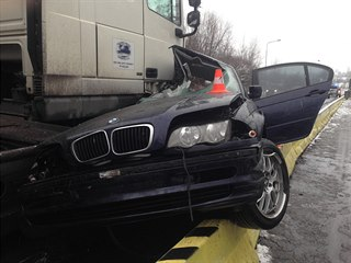 Náraz osobní auto sešrotoval, řidič na místě zemřel. (11. prosince 2018)