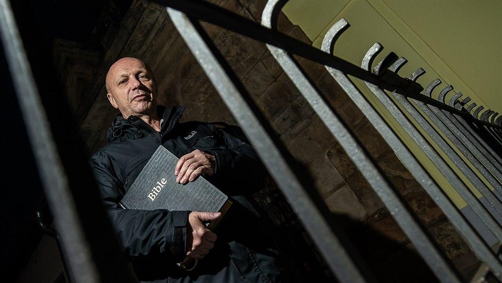 Vězeňský kaplan Pavel Zvolánek pracuje od roku 2015 ve Valdicích, kde je téměř...
